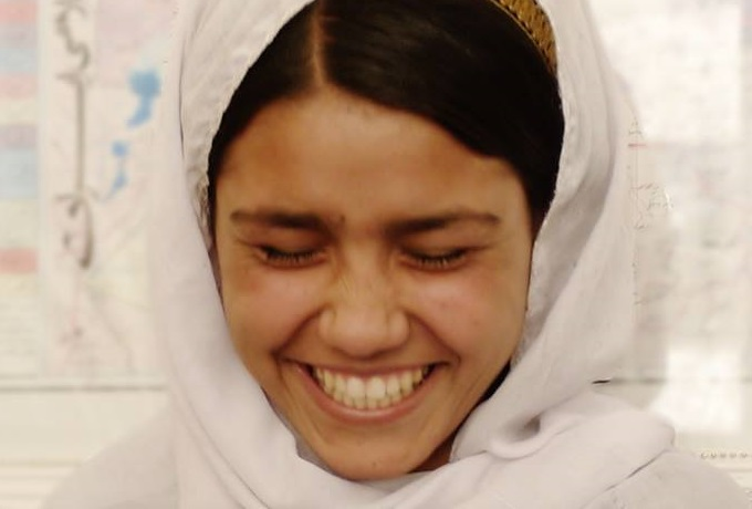 afghan-woman-laughing-afghanistan-noorjahan-akbar-photos